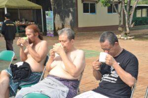 Pasien terapi Covid 19 meminum ramuan racikan Ust Fadzlan, setelah oukup di Pesantren NUU WAR, Bekasi